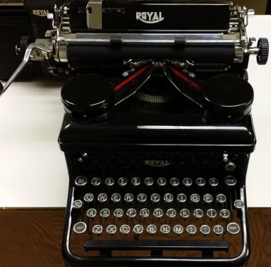 Royal KH Desktop Typewriter from 1935 – For Sale $775