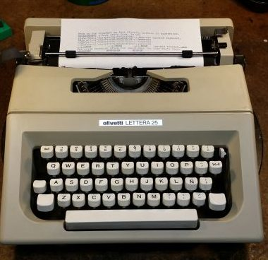 Olivetti – Underwood Lettera 25 Typewriter – For Sale $220