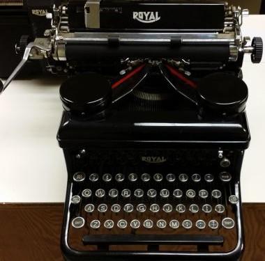 Royal KH Desktop Typewriter from 1935 – For Sale $775
